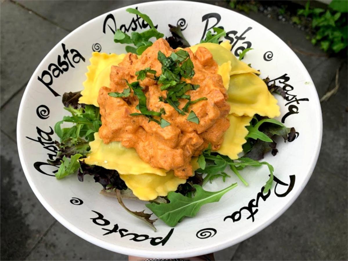rode uien Ravioli met hamblokjes en romige saus