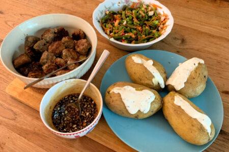 Vietnamese gehaktballetjes met gepofte aardappel en een groene salade