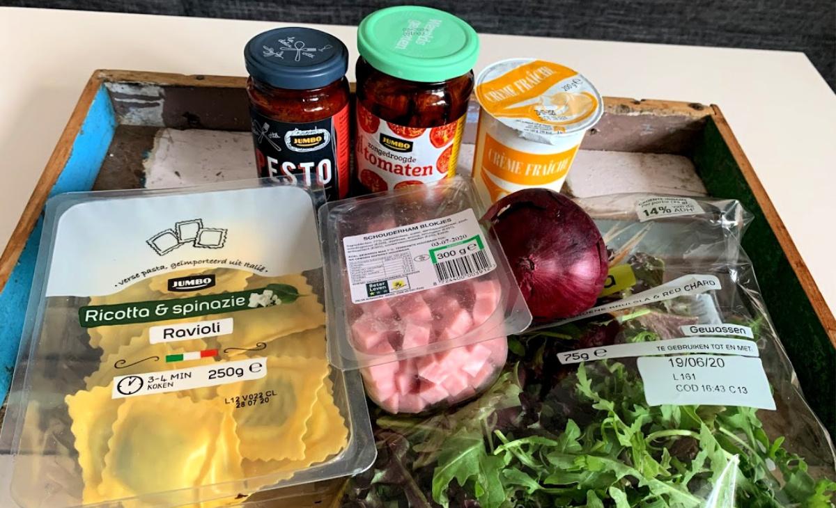 Ravioli met hamblokjes en romige saus en zongedroogde tomaten