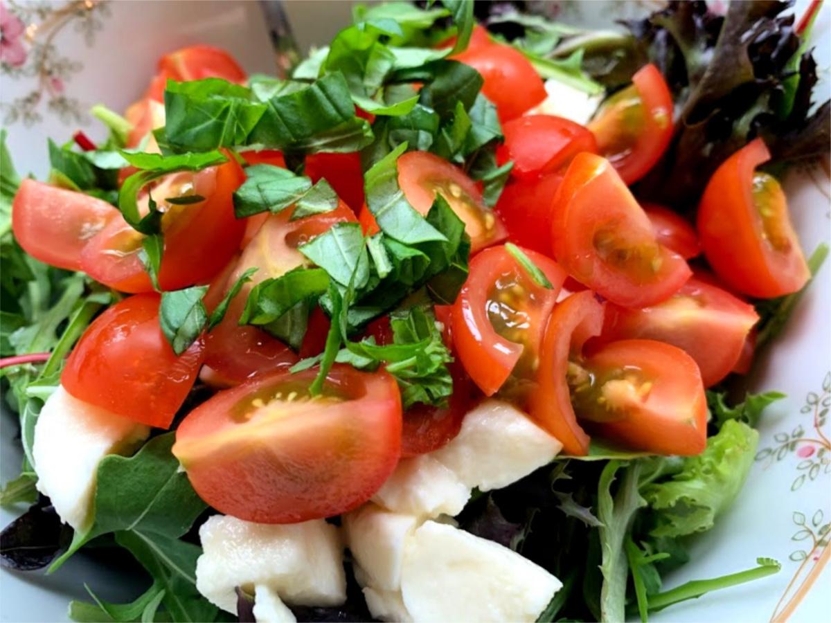 Italiaanse saalade Mozzarella gehaktballen met tomatensaus