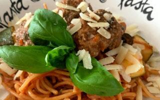 spaghetti met gehaktballen en basilicum