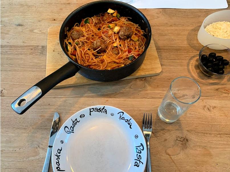 volkoren pasta-tomatensaus-zwarte olijven
