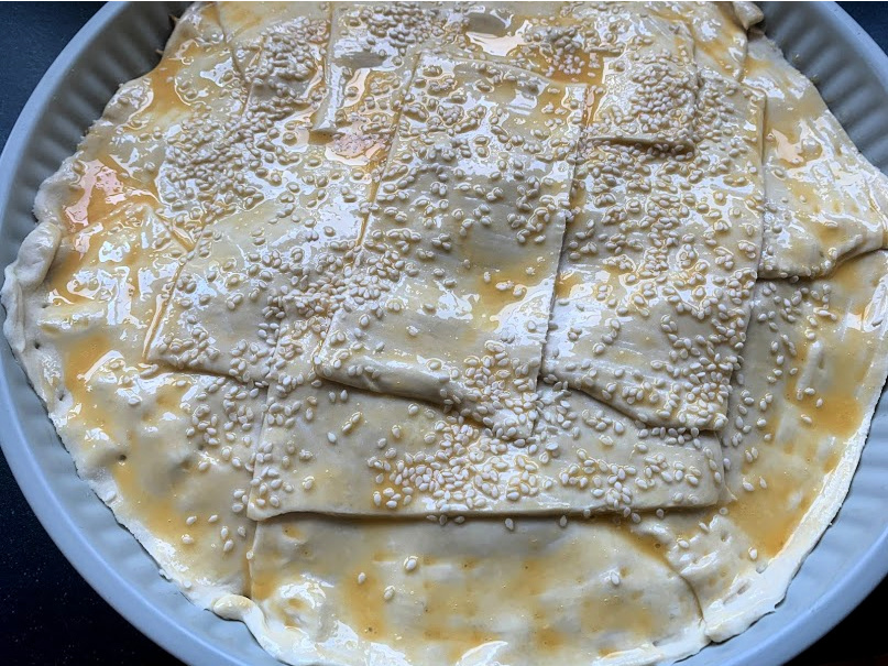 Bladerdeegtaart met pulled chicken ei en sesamzaadjes