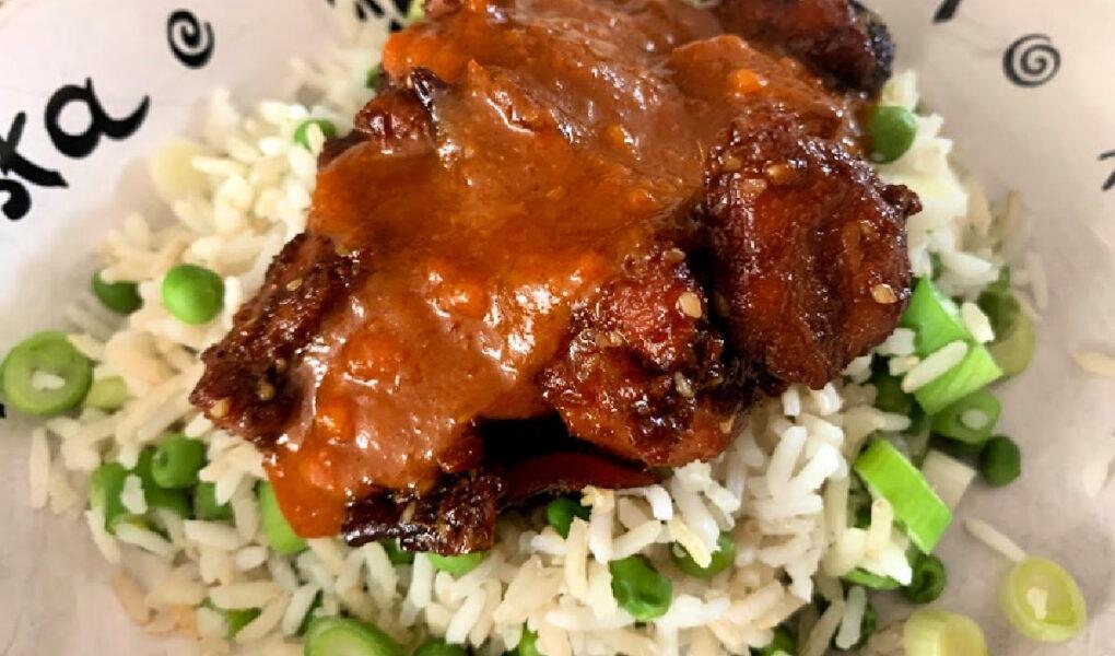 Groente rijst met Oosters gemarineerde filet lapjes met gado gado saus
